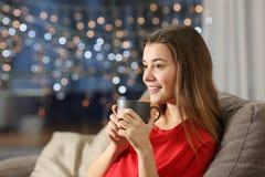 Καφές κατανάλωσης κοριτσιών στο σπίτι στη νύχτα στοκ φωτογραφία
