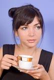 Καφές κατανάλωσης κοριτσιών στοκ φωτογραφία με δικαίωμα ελεύθερης χρήσης