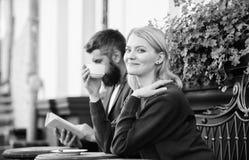Καφές κατανάλωσης πεζουλιών ζεύγους Περιστασιακός συναντήστε το δημόσιο χώρο εξοικείωσης Κανονικός τρόπος Apps να συναντηθεί και  στοκ φωτογραφία με δικαίωμα ελεύθερης χρήσης