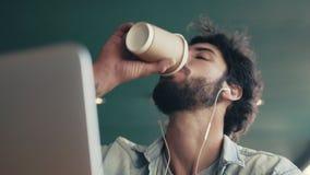 Καφές κατανάλωσης Freelancer blogging πέρα από το lap-top απόθεμα βίντεο