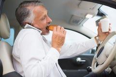 Καφές κατανάλωσης ατόμων και κατανάλωση donnut στο τηλέφωνο στοκ φωτογραφία με δικαίωμα ελεύθερης χρήσης