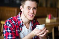 Καφές κατανάλωσης ατόμων σε έναν καφέ άτομο που κρατά ένα τσάι φλιτζανιών του καφέ Στοκ φωτογραφία με δικαίωμα ελεύθερης χρήσης