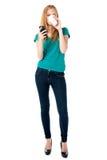 Καφές κατανάλωσης γυναικών και ανάγνωση sms Στοκ εικόνα με δικαίωμα ελεύθερης χρήσης