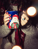 Καφές κατανάλωσης γυναικών/τσάι/καυτή σοκολάτα κατά τη διάρκεια της εποχής Χριστουγέννων στοκ εικόνες