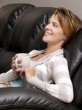 Καφές κατανάλωσης γυναικών Στοκ Φωτογραφίες