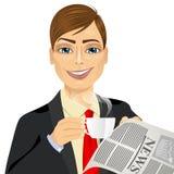 Καφές κατανάλωσης επιχειρηματιών και ανάγνωση της εφημερίδας Στοκ Εικόνες