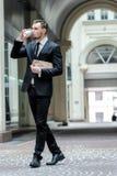 Καφές κατανάλωσης επιχειρηματιών χρονικού κοντός υπολοίπου βέβαιος νέος Στοκ εικόνες με δικαίωμα ελεύθερης χρήσης