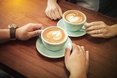 Καφές κατανάλωσης ζεύγους στον καφέ Στοκ εικόνες με δικαίωμα ελεύθερης χρήσης