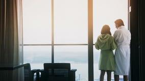 Καφές κατανάλωσης ζεύγους στο μπαλκόνι το πρωί απόθεμα βίντεο