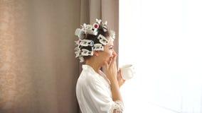 Καφές κατανάλωσης κοριτσιών από το παράθυρο φιλμ μικρού μήκους
