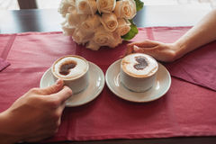 Καφές κατανάλωσης νυφών και νεόνυμφων Στοκ Εικόνα