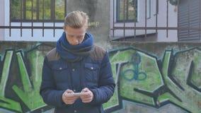 Καφές κατανάλωσης τύπων από ένα φλυτζάνι εγγράφου ενάντια σε μια οδό απόθεμα βίντεο