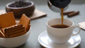 καφές καυτός Espresso στο φλυτζάνι Χύστε τον καφέ σε ένα φλυτζάνι απόθεμα βίντεο