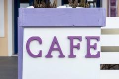 Καφές λέξης στην πορφύρα χρώματος στο λευκό Στοκ Εικόνα