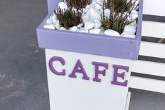 Καφές λέξης στην πορφύρα χρώματος στο λευκό Στοκ εικόνες με δικαίωμα ελεύθερης χρήσης