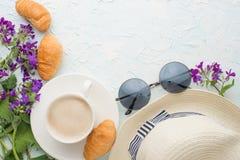 Καφές με ένα καπέλο, γυαλιά και τα λουλούδια και croissants τη τοπ άποψη, με ένα κενό διάστημα για το γράψιμο ή τη διαφήμιση στοκ φωτογραφία με δικαίωμα ελεύθερης χρήσης