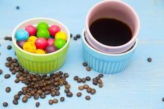 Καφές με τα γλυκά σε ένα μπλε ξύλινο υπόβαθρο Στοκ εικόνες με δικαίωμα ελεύθερης χρήσης