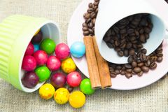 Καφές με τα γλυκά σε ένα μπλε ξύλινο υπόβαθρο Στοκ φωτογραφία με δικαίωμα ελεύθερης χρήσης