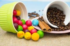 Καφές με τα γλυκά σε ένα μπλε ξύλινο υπόβαθρο Στοκ Εικόνες