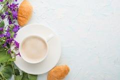 Καφές με τα λουλούδια και croissants τη τοπ άποψη, με το κενό διάστημα για το μαρκάρισμα ή τη διαφήμιση στοκ εικόνες