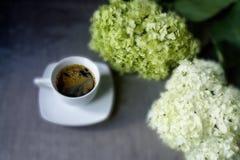 Καφές με τα λουλούδια Στοκ φωτογραφία με δικαίωμα ελεύθερης χρήσης