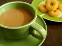 Καφές με τα πρόχειρα φαγητά σε αργά το πρωί Στοκ Εικόνες