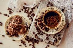 καφές με τα σπιτικά μπισκότα και τα φασόλια καφέ Στοκ Φωτογραφίες