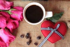Καφές με τα φασόλια καφέ και τις κόκκινες καρδιές Στοκ Εικόνες