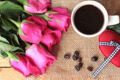Καφές με τα φασόλια καφέ και τις κόκκινες καρδιές Στοκ εικόνα με δικαίωμα ελεύθερης χρήσης