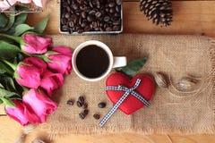 Καφές με τα φασόλια καφέ και τις κόκκινες καρδιές Στοκ Εικόνα