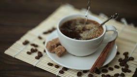 Καφές με την κανέλα στο άσπρο φλυτζάνι στον πίνακα απόθεμα βίντεο