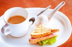 Καφές με τις μπουλέττες στο λουκάνικο balona σάντουιτς κρέμας καρύδων Στοκ φωτογραφία με δικαίωμα ελεύθερης χρήσης
