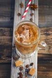 Καφές με τον πάγο σε ένα γυαλί, βαμμένος τρύγος στοκ φωτογραφία
