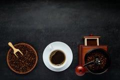 Καφές με το άσπρους φλυτζάνι, το μύλο και τα φασόλια στο διάστημα αντιγράφων Στοκ Εικόνες