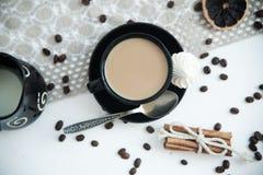 Καφές με το γάλα σε έναν άσπρο πίνακα στοκ εικόνα