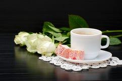 Καφές με το γάλα, τουρκική ανθοδέσμη απόλαυσης των άσπρων τριαντάφυλλων σε ένα μαύρο υπόβαθρο Στοκ φωτογραφία με δικαίωμα ελεύθερης χρήσης