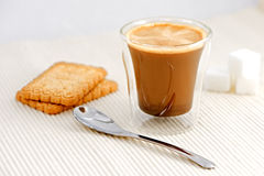 Καφές με το κουτάλι και τη ζάχαρη Στοκ Φωτογραφία
