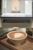 Καφές με το σημειωματάριο για την επιχειρησιακή εργασία Στοκ φωτογραφία με δικαίωμα ελεύθερης χρήσης