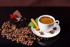 Καφές με το σκοτεινό κέικ σοκολάτας και τα ψημένα φασόλια Στοκ Εικόνες
