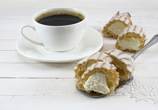 Καφές με το φανταχτερό κέικ Στοκ φωτογραφίες με δικαίωμα ελεύθερης χρήσης