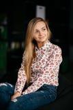 Καφές με το wifi Νέα ελκυστική μακρυμάλλης γυναίκα που χρησιμοποιεί το έξυπνο τηλέφωνο καθμένος στο εστιατόριο Στοκ εικόνα με δικαίωμα ελεύθερης χρήσης