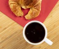Καφές με croissant Στοκ φωτογραφία με δικαίωμα ελεύθερης χρήσης
