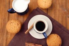 Καφές με muffins Στοκ φωτογραφία με δικαίωμα ελεύθερης χρήσης