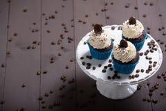 Καφές μορίων τριών cupcakes Στοκ φωτογραφίες με δικαίωμα ελεύθερης χρήσης