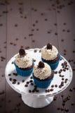 Καφές μορίων τριών cupcakes Στοκ φωτογραφία με δικαίωμα ελεύθερης χρήσης