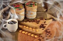 καφές νόστιμος Φλυτζάνι καφέ και ένα κείμενο, που αποτελείται από τις κροτίδες στοκ εικόνα