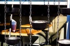 Καφές οδών με το ντεκόρ της ένωσης των καζανιών στις αλυσίδες στοκ φωτογραφίες