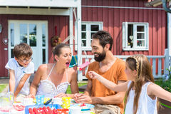 Καφές οικογενειακής κατανάλωσης και κατανάλωση του μετώπου κέικ του σπιτιού Στοκ Εικόνες