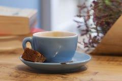 Καφές, λουλούδια και βιβλία σε μια καφετερία Στοκ Φωτογραφίες