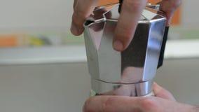 Καφές δοχείων Moka απόθεμα βίντεο